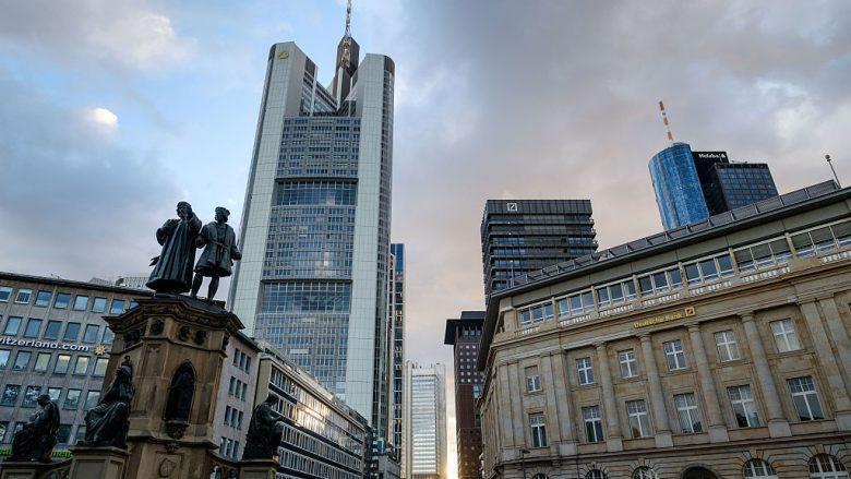 Bashkimi i Deutsche Bank me Commerzbank rrezikon shkurtimin e 30 mijë vendeve të punës