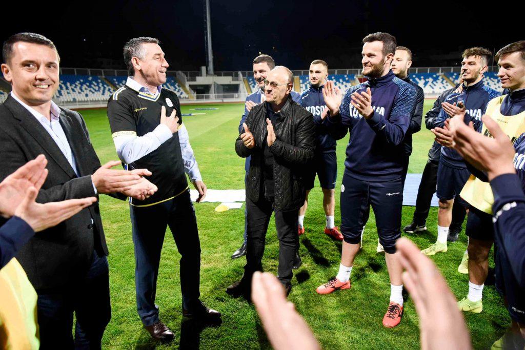 Veseli takon kombëtaren e Kosovës në futboll  i siguron për mbështetje të plotë